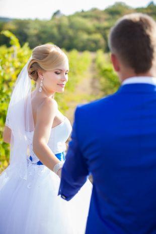 Niebieski kolor w stylizacji pary młodej