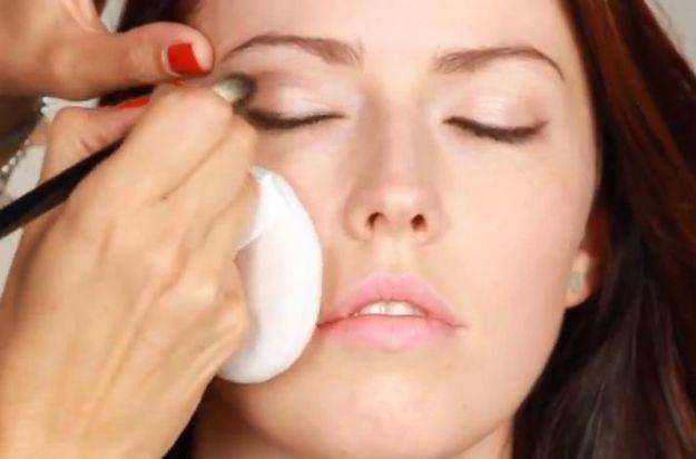 Jak wykonać makijaż przy opadających powiekach?