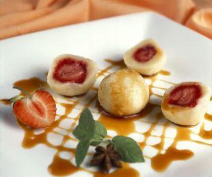 Knedle z truskawkami z sosem anyżowo- karmelowym