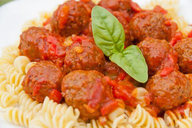 Świderki z drobiowymi pulpecikami i sosem ze świeżych pomidorów