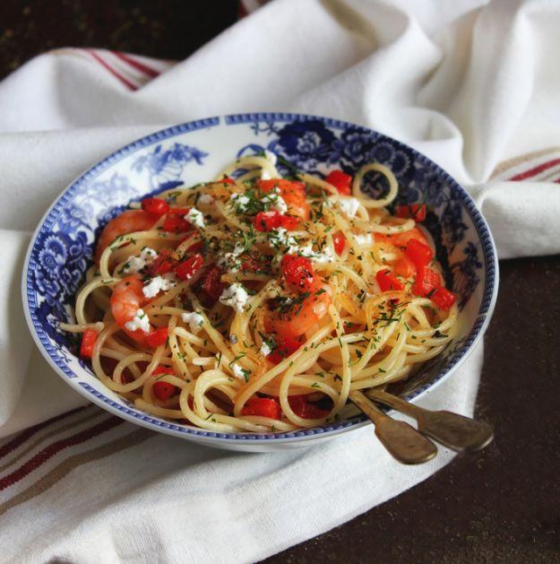 Spaghetti z cukinią, świeżą bazylią i oregano oprószone serem feta