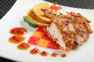 Kurczak w sosie miodowym podany na owocowej szachownicy