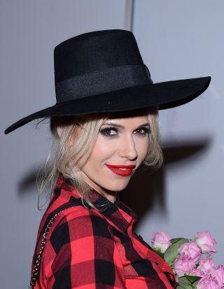 Doda w kapeluszu i sukience w krat� wygl�da: