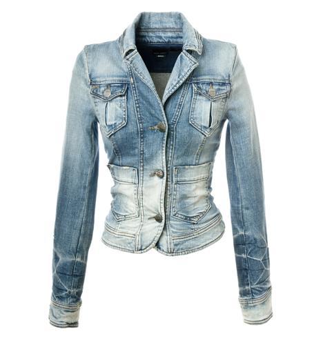 Można także połączyć kurtki damskie jeansowe z kapturem np. ze zwiewną sukienką w stylu boho lub glamour. To doda takiej stylizacji swobody i oryginalności. Blogerki modowe i gwiazdy szczególnie upodobały sobie kurtki damskie jeansowe oversize, czyli takie, które są odrobinę za duże i wyglądają jakby były pożyczone od chłopaka.
